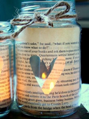 Candela superba confectionata dintr-un borcan imbracat in ziar vechi