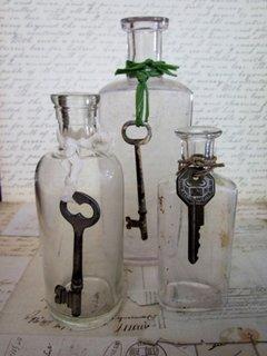 Piesa vintage dintr-un borcan accesorizat cu o cheie veche