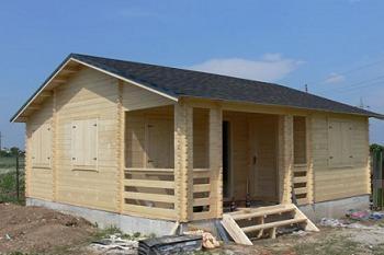 acoperis din sindrila montat pe casa de lemn