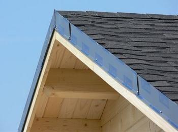 casa de lemn cu acoperis din sindrila bituminoasa