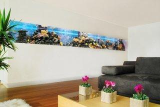 Living modern cu acvariu in perete