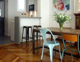 Bucatarie deschisa masa de lemn scaune diferite lemn si metal