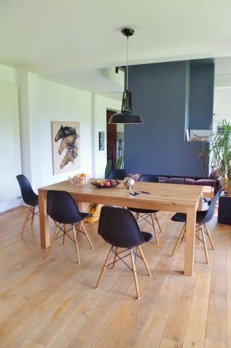 Masa de lemn dreptunghiulara scaune tip Eames ranforsate cu metal