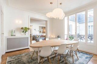 Sala de mese masa ovala de lemn scaune albe de plastic