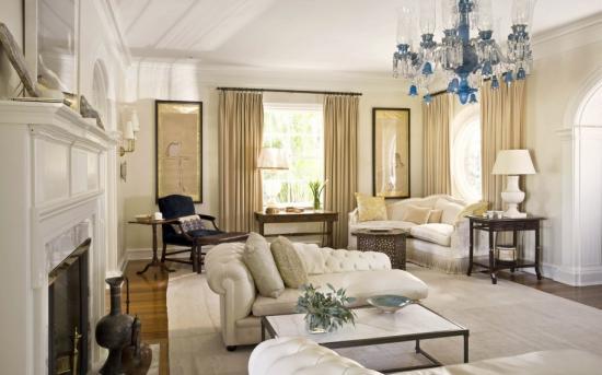 Living clasic decorat in culori neutre cu covor alb crem