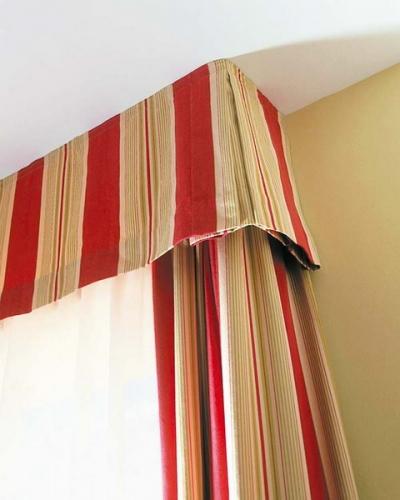 Draperii crem cu rosu cu cornisa din material textil