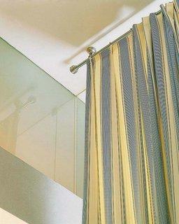 Model de galerie din inox cu sistemd e prindere in tavan