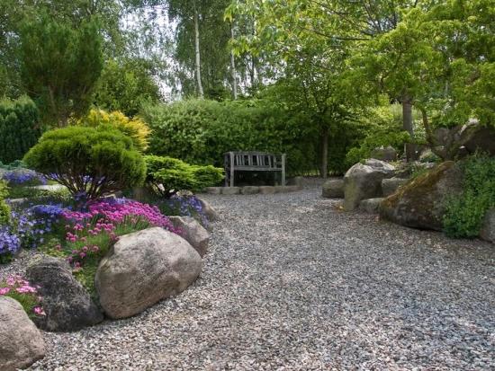 Amenajare peisagistica cu flori pitice si alei de pietris