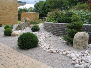 Gradina cu pietre si pietris fin si arbusti decorativi