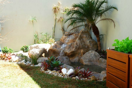 Iaz de gradina decorat cu piatra de rau