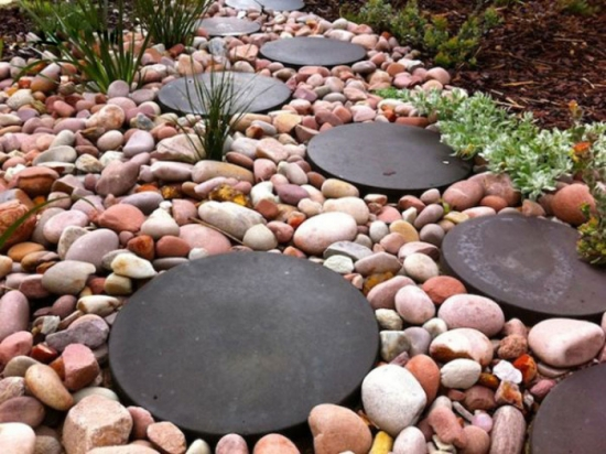Combinatie intersanta de materiale pietris si rondele de cauciuc