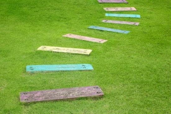 Alee colorata din lemn