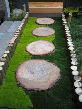 Alee din rondele de lemn si gazon
