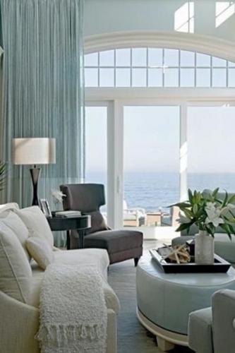 Living cu deschideri mari ale ferestrelor