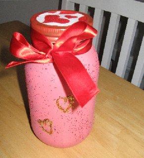 Borcan vopsit cu roz mat cu sclipici auriu si funda de satin rosie
