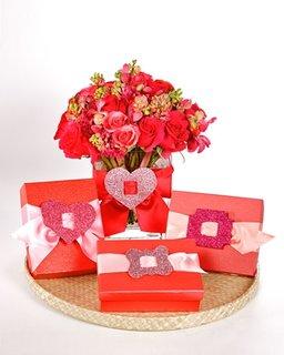 Cadouri impachetate in cutii rosii si funda cu catarama sclipitoare
