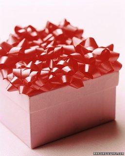 Cutie roz pentru cadouri si multe fundite deasupra