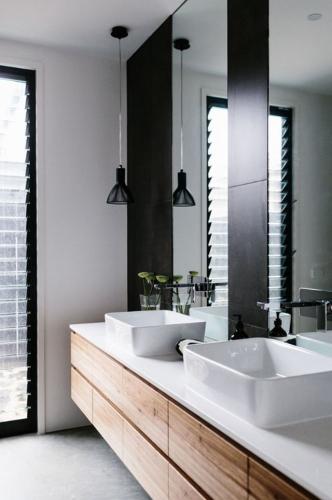 Mobilier de baie din lemn si accente de negru