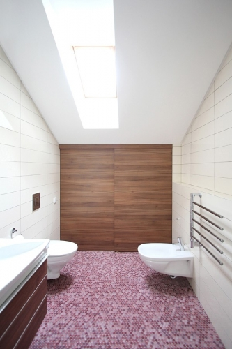 Baie amenajata in stil minimalist modern cu pardoseala din mozaic lila