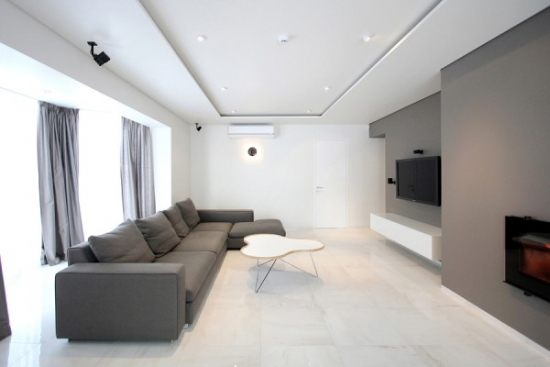 Canapea gri in living neutru cu decor minimalist