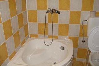 Amenajare baie nisipul insorit culoarea galbena