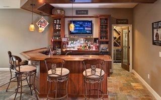 Bar amenajat la subsol cu pivnita de vinuri