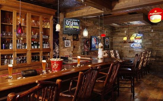 Bar de lemn masiv si scaune cu design modern