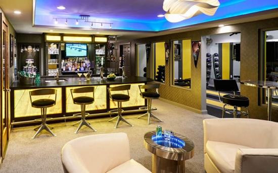 Interior de living cu bar amenajat