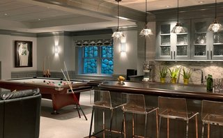 Interiorul unui bar acasa cu masa de biliard