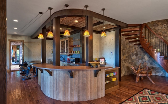 Interiorul unui bar amenajat acasa la demisol