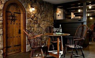 Pereti de piatra in interiorul unui bar amenajat acasa