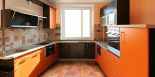 Bucatarie cu mobila portocalie in forma de U
