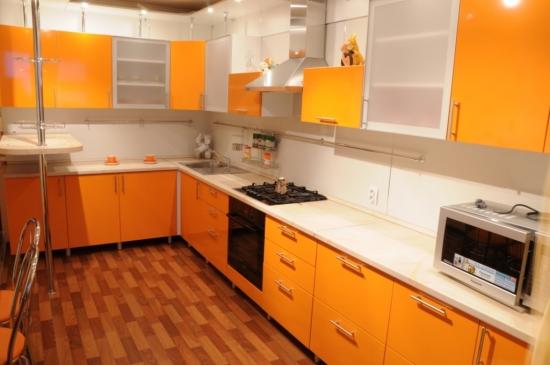 Mobila bucatarie portocalie si blat de lucru alb