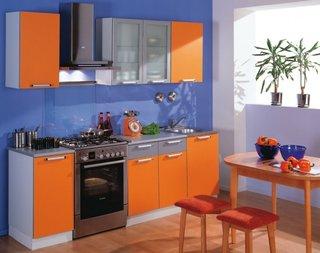 pereti albastri si mobila bucatarie portocalie