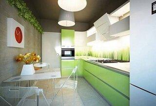 Amenajare bucatarie lunga si ingusta cu mobilier vernil