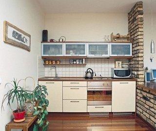 Bucatarie foarte mica cu perete despartitor din caramida