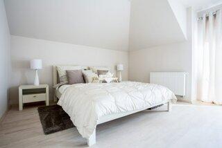 Dormitor alb cu amenajare eleganta