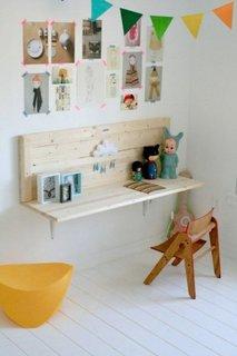 Coltisor cu masuta si scaunel amenajat pentru copil