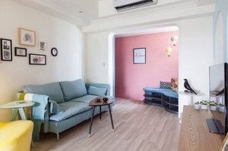 Interior de living cu mobilier simplu cu colturi rotunjite