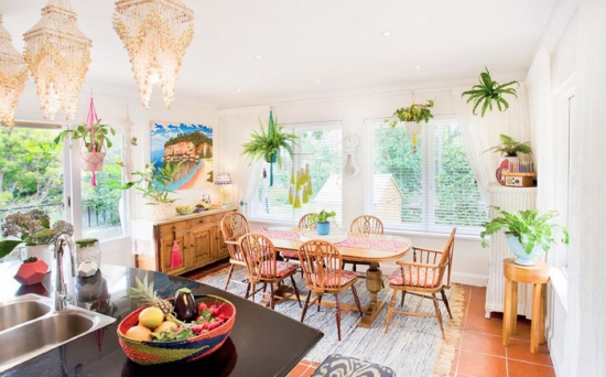 Bucatarie open space cu loc pentru masa decorate colorat