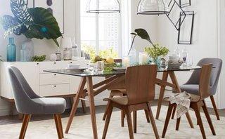 Masa pentru dining cu picioare din lemn si blat de sticla si scaune din lemn cu spatar