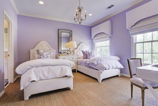 Dormitor amenajat cu lila si alb pentru fetite