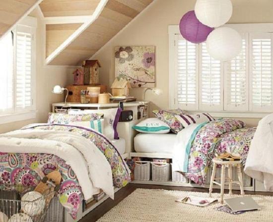 Dormitor amenajat la mansarda pentru fete