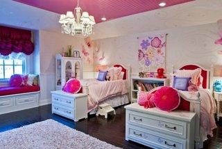Dormitor clasic din lemn cu paturi cu lada