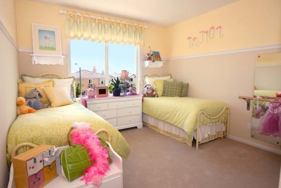 Dormitor galben deschis pentru surori gemene