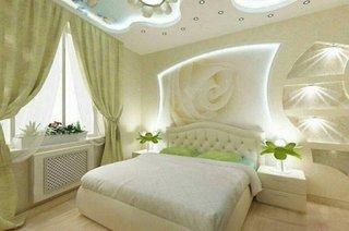 Dormitor alb cu pat matrimonial pe mojloc
