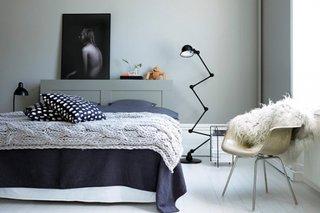 Amenajare dormitor mic cu alb si gri si veioze de podea