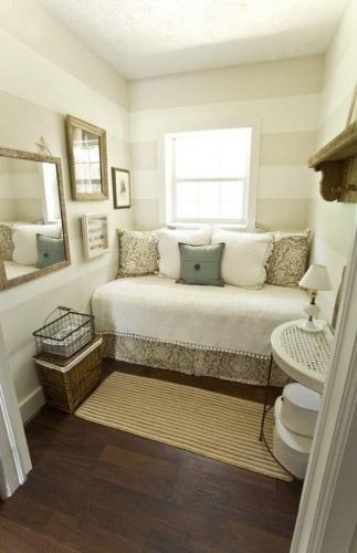 Divan pe post de pat intr-un dormitor mic