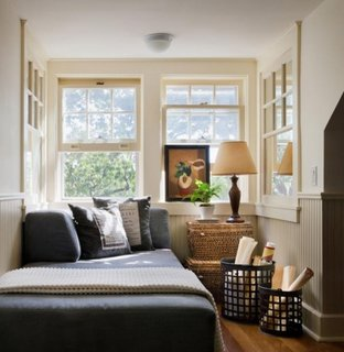 Dormitor amenajat cu alb si pat gri