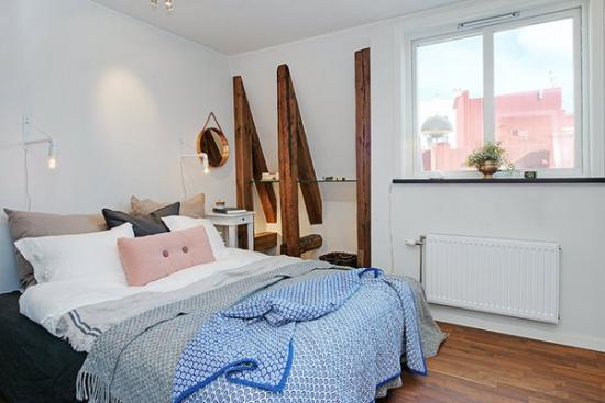 Dormitor amenajat cu parchet din lemn masiv si etajera din sticla si barne din lemn